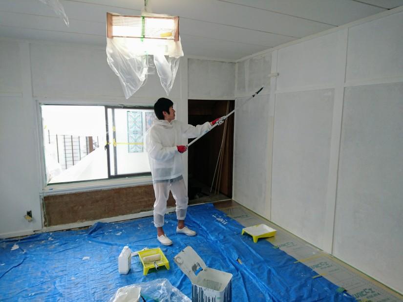 壁をペンキで二度塗りする