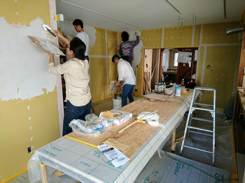 シラス壁の塗装を始めました